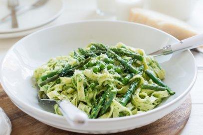 Fettuccine con asparagi e piselli