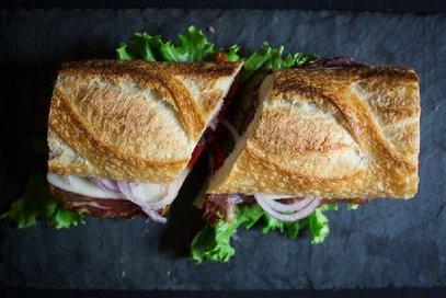 Panino con mozzarella, coppa e pomodori secchi
