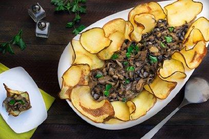 Funghi trifolati con patatine fatte in casa