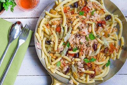 Spaccatelle con tonno, carciofi, olive e capperi