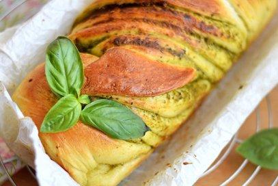 Treccia di pan brioche al pesto e parmigiano