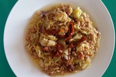 Farro risottato con verdure e pomodori secchi