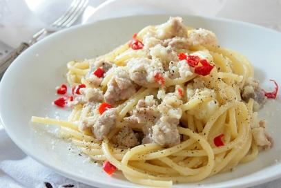 Spaghetti piccanti con cavolfiore e salsiccia