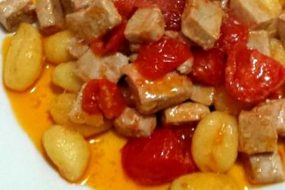 Gnocchi di patate con tonno fresco e pomodorini