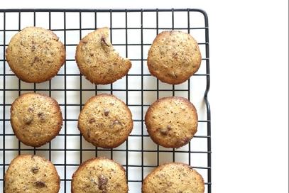 Biscotti con gocce di cioccolato in due varianti