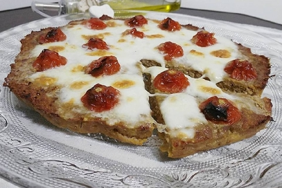 Pizza di carne ai pomodorini e mozzarella