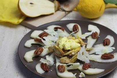 Insalata di carciofi, pere e noci pecan
