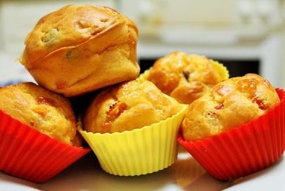 Muffin con provola pomodorini e olive