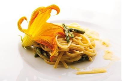 Linguine con asparagi e fiori di zucca