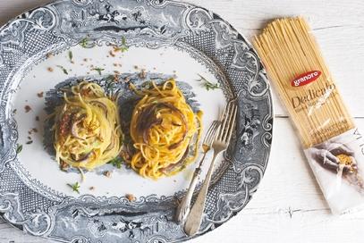 Spaghettoni al datterino giallo acciughe e guttiau