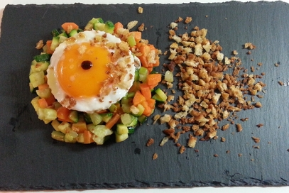 Uovo fritto su croccante di pane e verdura