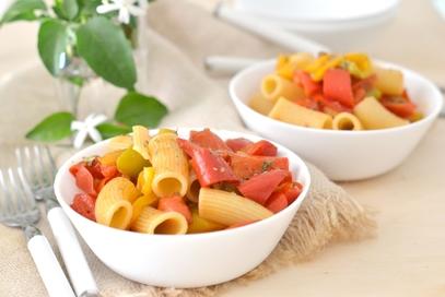 Pasta con peperoni pomodori profumata all'origano