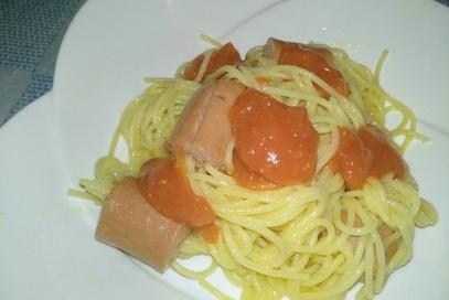 Wurstel infilzati da spaghetti con crema di pomodo