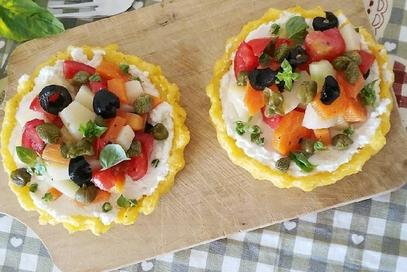 Crostatine di polenta con ricotta e patate estive
