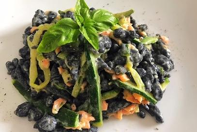 Spatzle al nero di seppia con salmone e zucchine