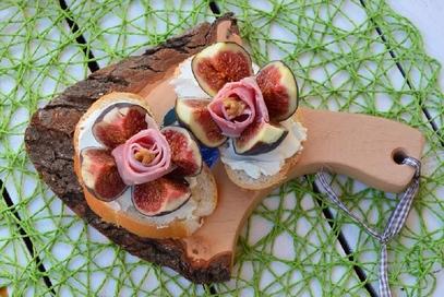 Pane e burrata con fichi freschi