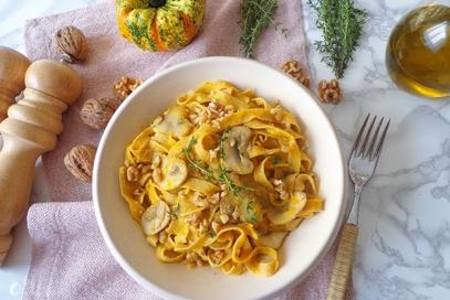 Fettuccine con crema di zucca, champignon e noci