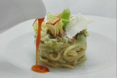 Spaghetti con ovuli, sedano e salsa alla curcuma