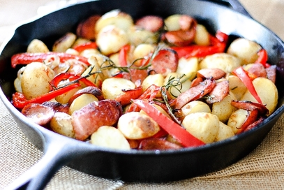 Salsiccia al forno con patate e peperoni