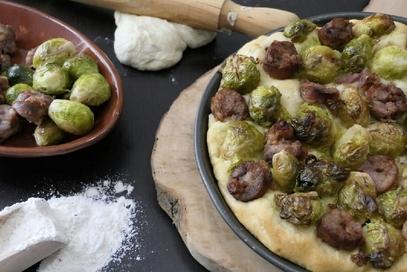 Pizza cavolini di bruxelles e salsiccia