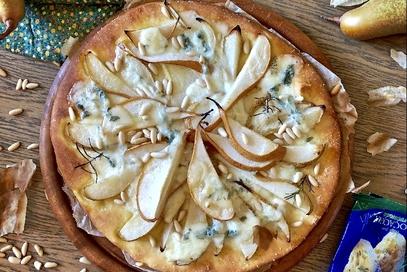 Focaccia alle pere, gorgonzola e pinoli
