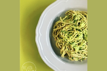 Spaghetti integrali con avocado e basilico