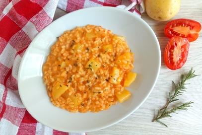 Risotto con pomodoro patate e rosmarino