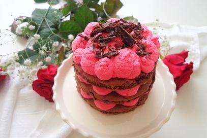 Torta di san valentino con crema chantilly