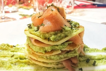 Millefoglie di crêpes al salmone e avocado