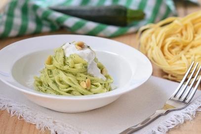Tagliatelle con crema di zucchine e stracciatella