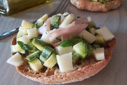 Friselle con zucchine marinate, asiago e fesa