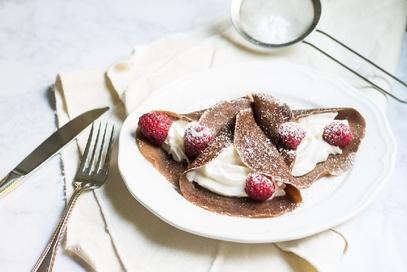 Crepes al cioccolato con lamponi e panna