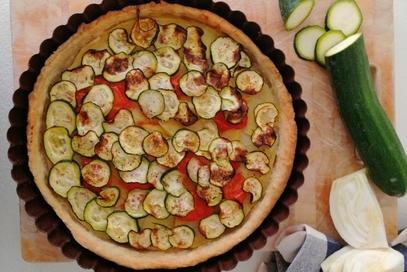 Torta salata con zucchine, pomodorini e patate