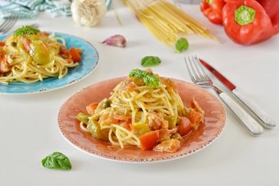 Boscaioli con crema di peperoni verdi  pomodori